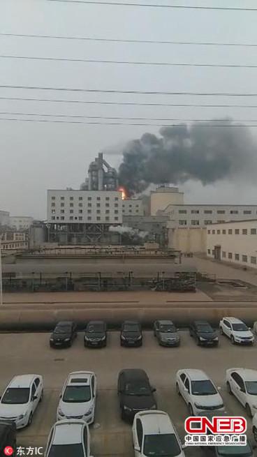 山东滨州北海新区一企业起火 浓烟高达数百米
