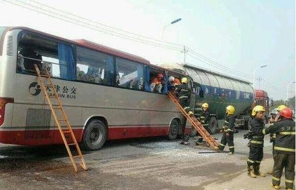 公交车追尾粪车_天津公交车追尾 已致4人死亡26人受伤_国家应急广播网