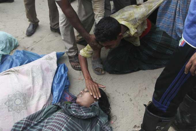 事发现场,失去亲人的悲痛场景.-孟加拉国首都一房屋坍塌九人死亡