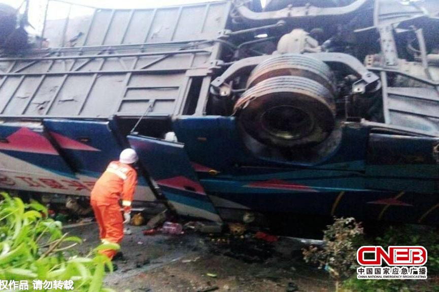 厦蓉高速江西境内发生三车追尾事故