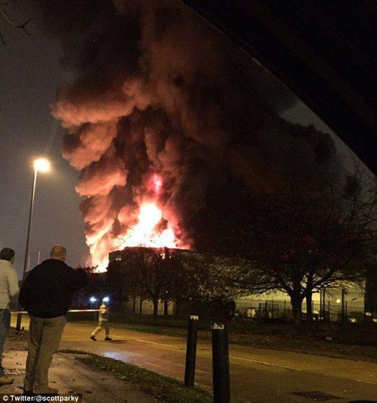 爆炸腾起10米高的火焰