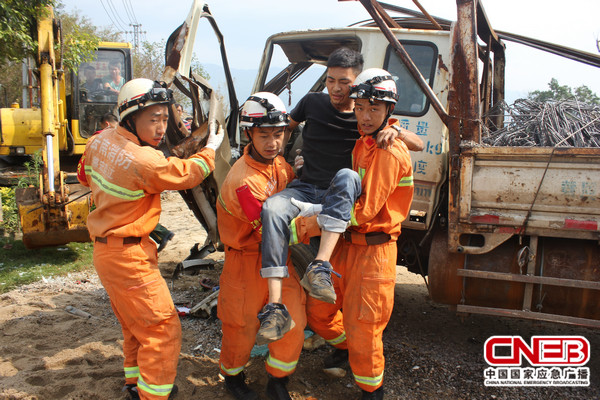 消防官兵救出货车被困驾驶员