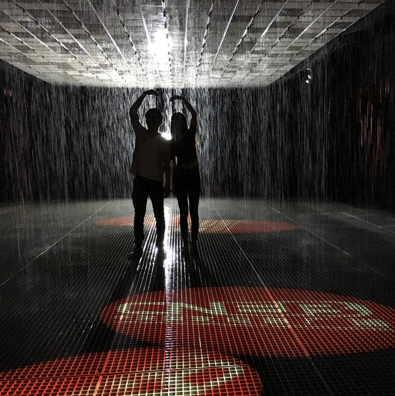 体验雨中浪漫