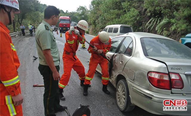 广西桂林一辆大巴车与小轿车相撞致1人被困