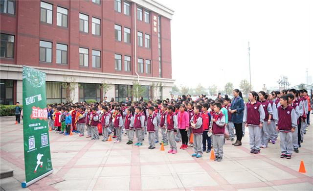 全校學生集合等待活動開始