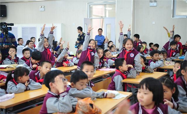 小同學們踴躍舉手回答問題