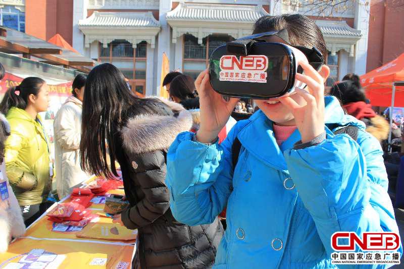 現場同學正在通過VR模擬地震現場情況。