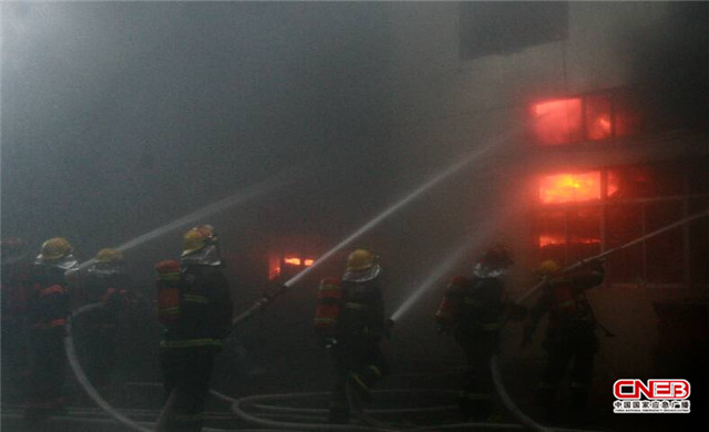 消防官兵灭火现场