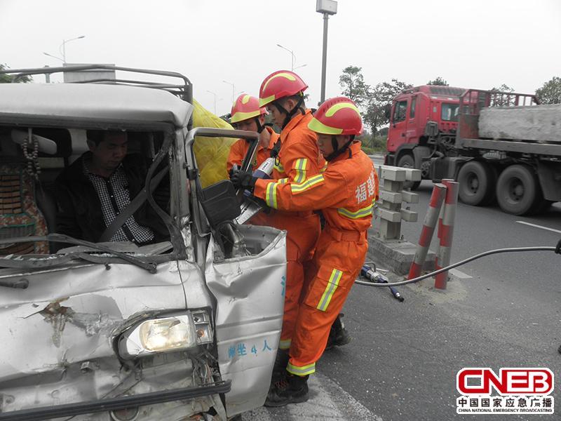 驾驶员被困驾驶室,无法脱离。