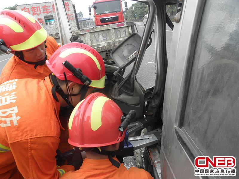 为了扩大救援空间,消防人员正在对驾驶室车门进行扩张。