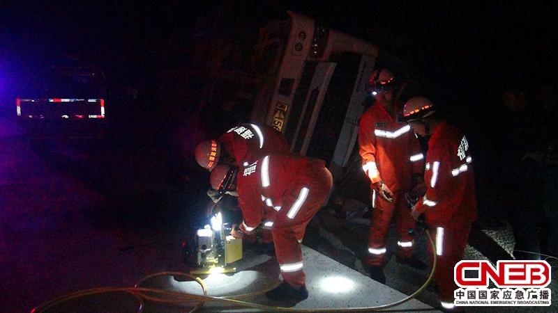 消防人员正在现场救援。