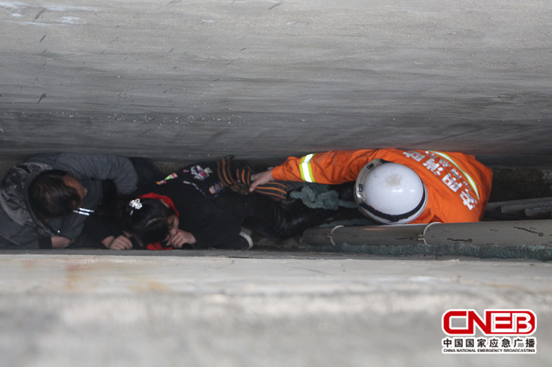 消防官兵正在营救被困人员。
