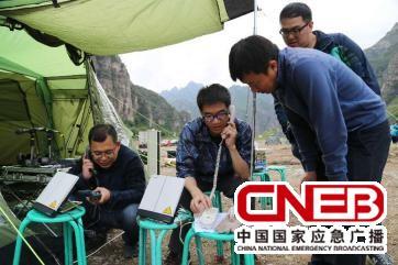 技术人员进行卫星通讯设备的调试