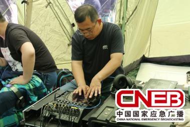 技术人员调试音频设备系统