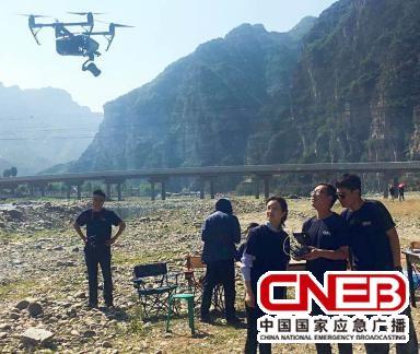 无人机报道小组进行飞行信号传输测试