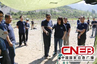 演练总指挥姜海清检查应急电台搭建情况