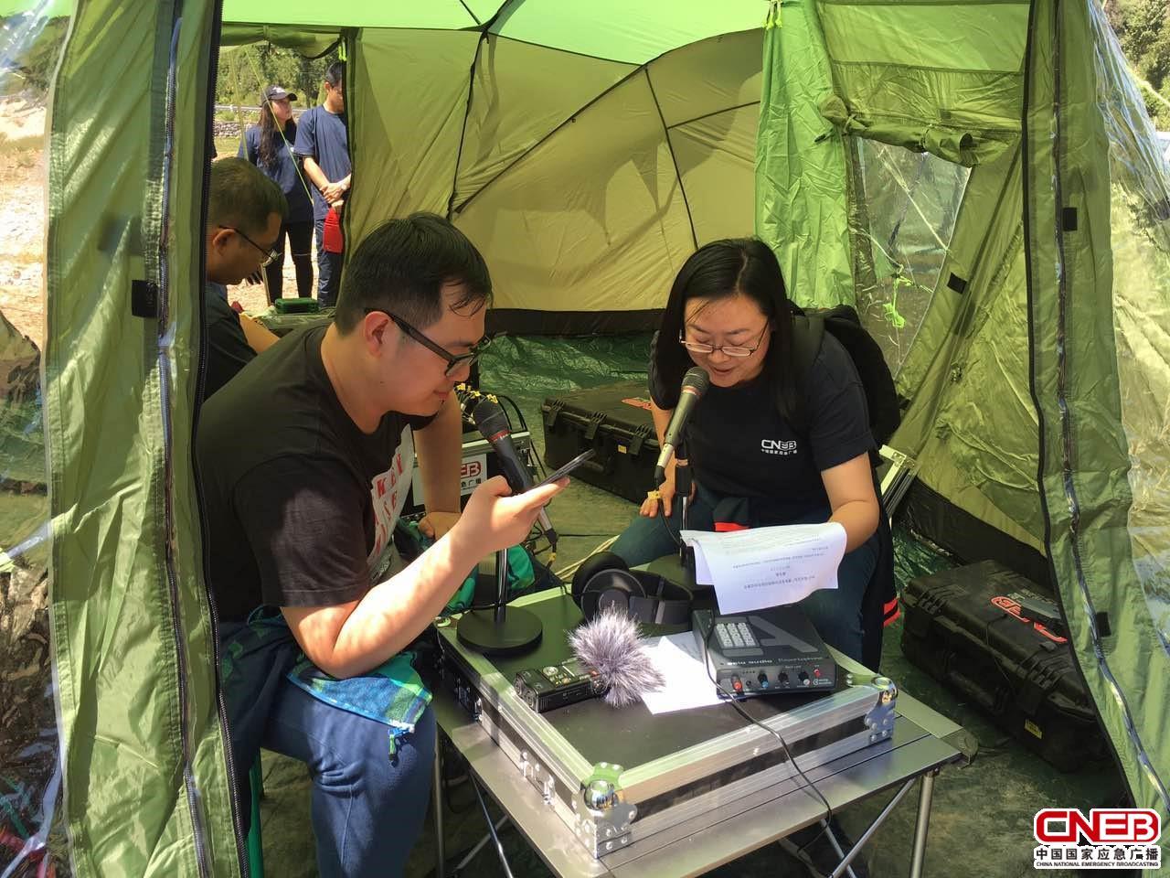 主持人卢君(右)和修奇(左)模拟应急电台播音