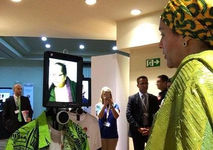 联合国副秘书长穆罕默德(Amina Mohammed)与远程呈现机器人相距数千公里,与太平洋残疾人论坛的董事会成员莱塔.图玛布(Lanieta Tuimabu)进行了互动。 (照片:凯瑟琳·纳顿Catherine Naughton)