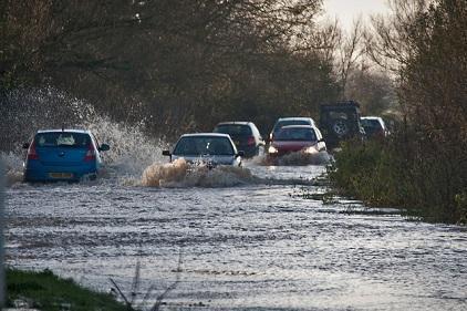 2012年英國格拉斯頓伯里附近一條被洪水淹沒的公路(Flickr用戶馬克·羅賓遜創作共用照片)注釋:Flickr,雅虎旗下圖片分享網站。