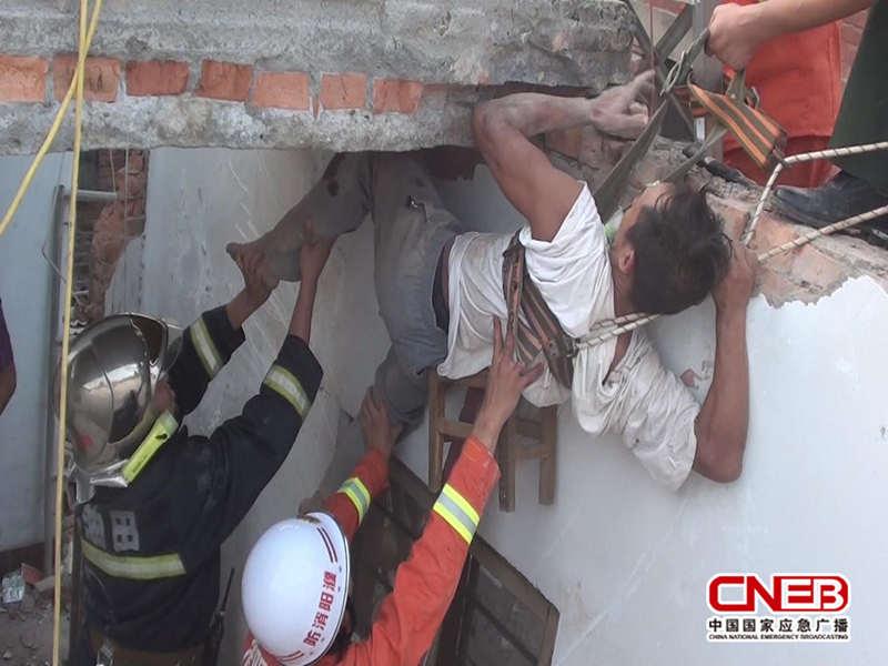 消防人员固定悬在半空中的被困者