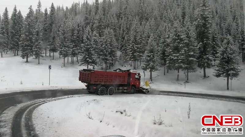 滚筒扫雪车清扫积雪-新疆阿勒泰喀纳斯景区突降大雪 道路交通管制图片