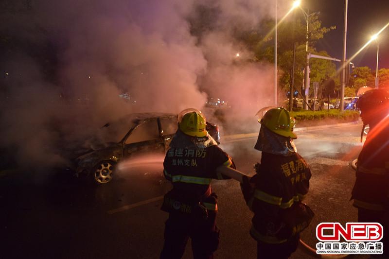 消防人员正在进行灭火