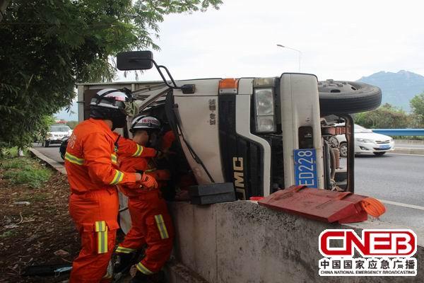 消防人员正在利用破拆工具进行救援