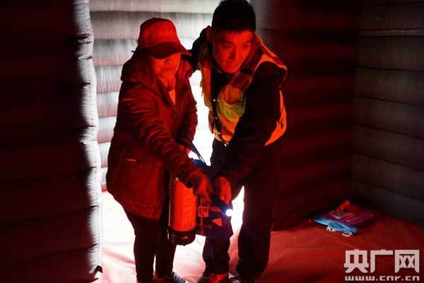 消防人员为市民指导灭火器的使用方式/张佳琪 摄