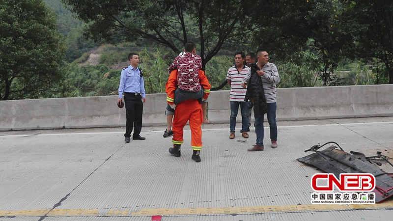消防人员成功将被困司机救出