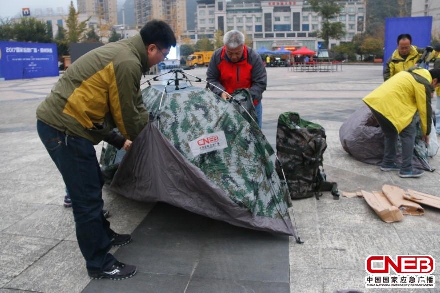 参演人员演练生活帐篷搭建