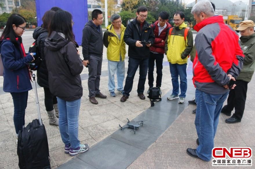 应急广播中心工作人员向参演人员讲解无人机操作方法