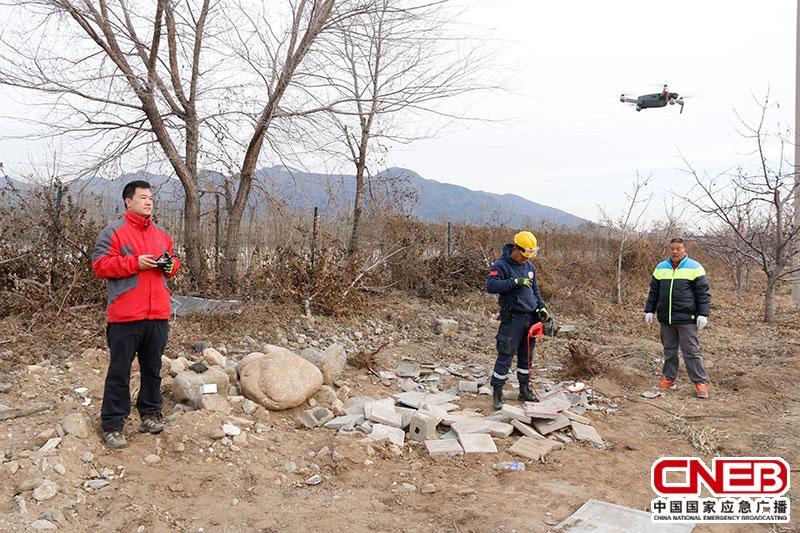 考核现场无人机、电锯等模拟灾害现场噪音对搜救犬进行干扰