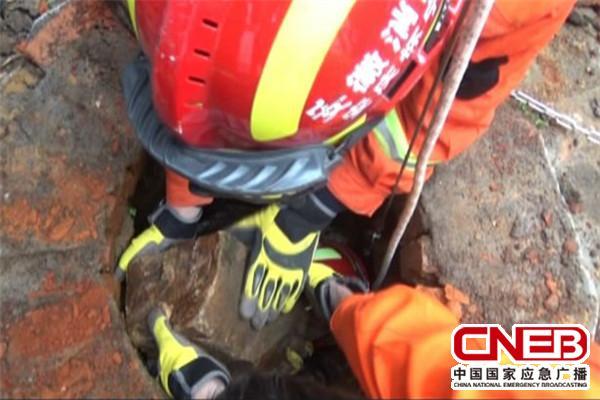 消防官兵在清理井下塌落的石块。
