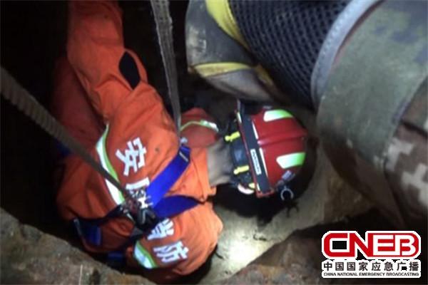 做好安全防护后,消防官兵下到井内救援。