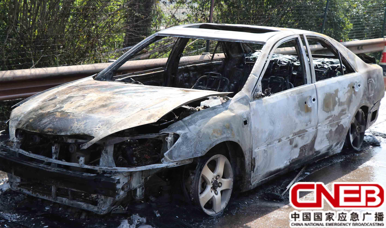 车辆被烧成铁架