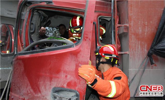 消防官兵救援现场。
