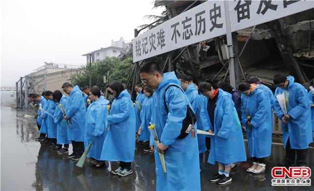 參演人員在地震遺址萬人紀念碑前吊唁緬懷遇難同胞