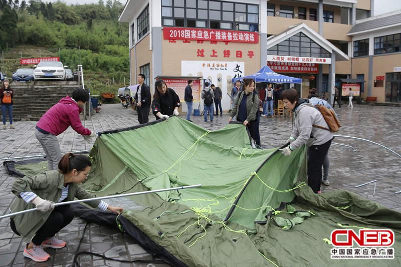 参演人员进行帐篷搭建