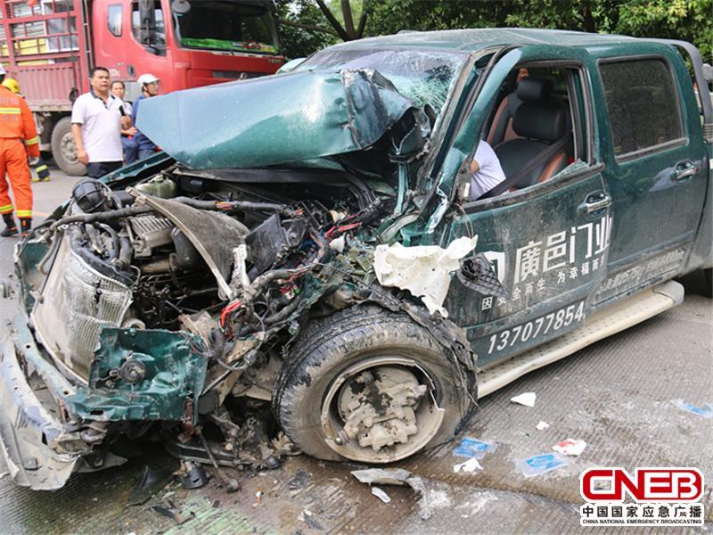 事故造成皮卡车严重变形