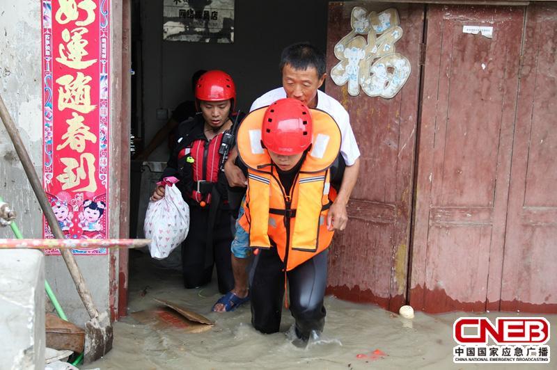 消防官兵将被困群众背出被淹没房屋