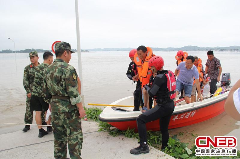 救援人员用冲锋舟将被困群众转移到安全区域