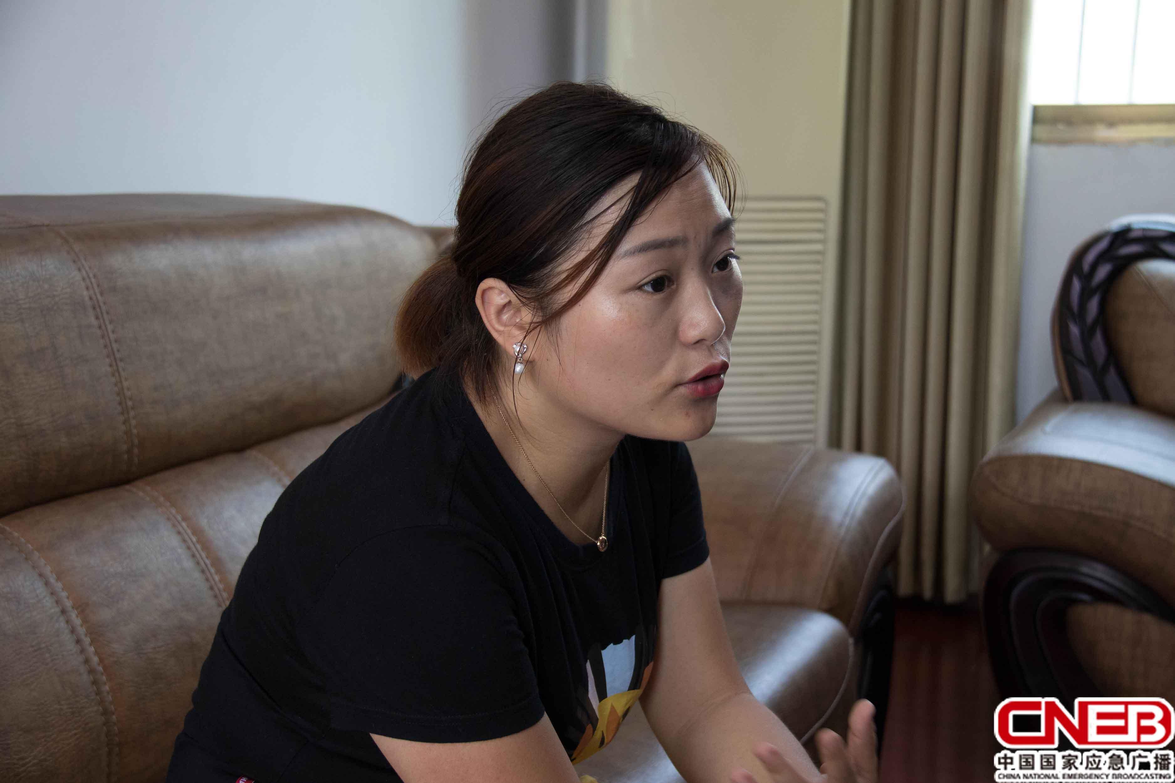 黎圩镇综治办主任邓莉莎(国家应急广播网记者王雨薇_摄)