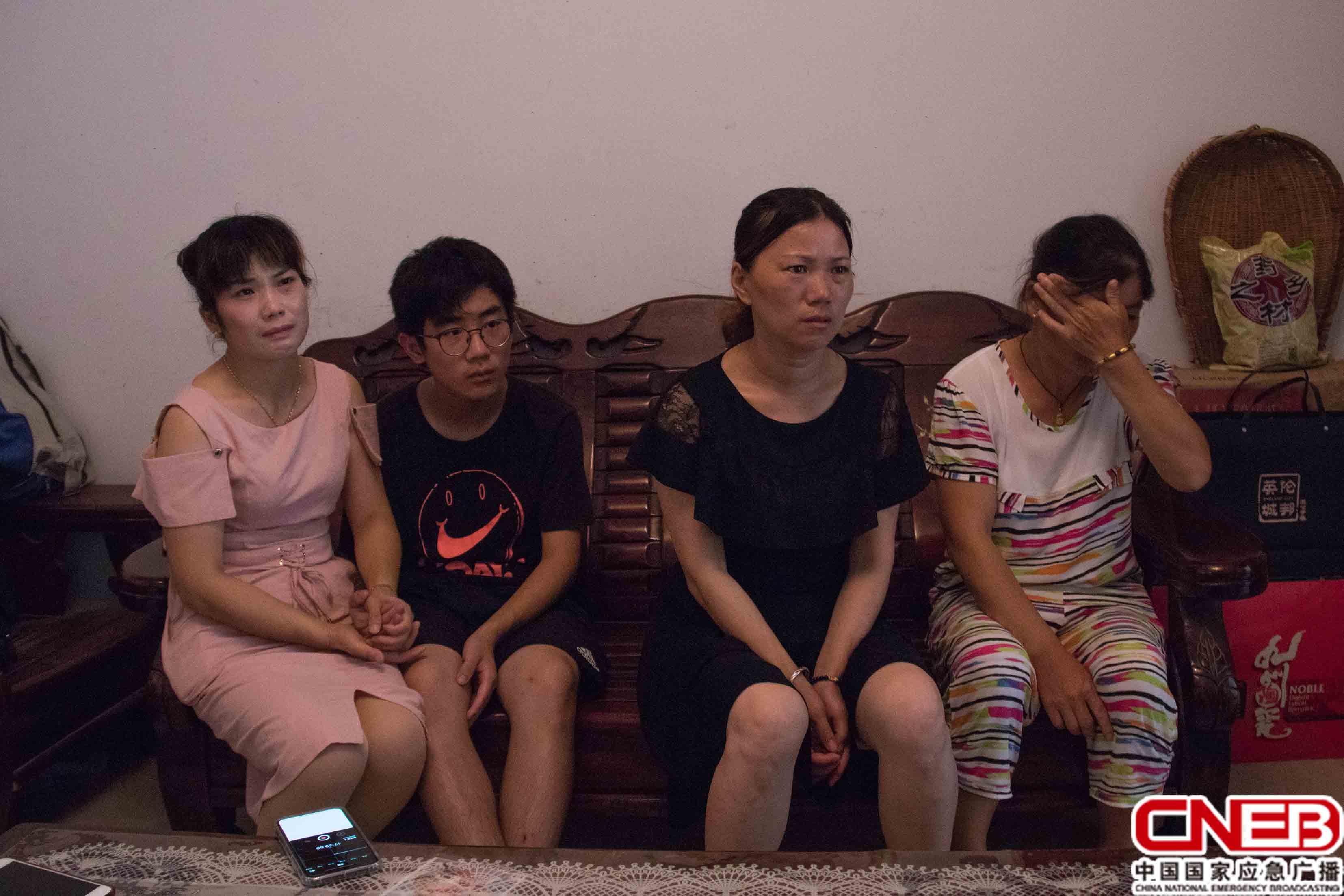左一:妹妹熊华琴 左二:儿子熊羿 右二:妻子付贵娇 右一:姐姐熊华香(国家应急广播网记者王雨薇_摄)