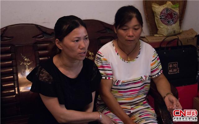 左一:妻子付贵娇 右一:姐姐熊华香(国家应急广播网记者王雨薇_摄)