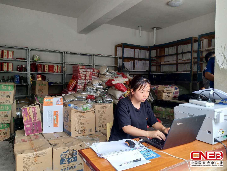 物资登记接收及发放(照片由杨烨提供)