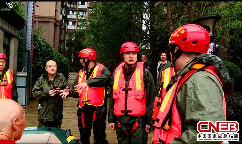 在现场的裴永强(左二)。(德阳市消防支队供图)