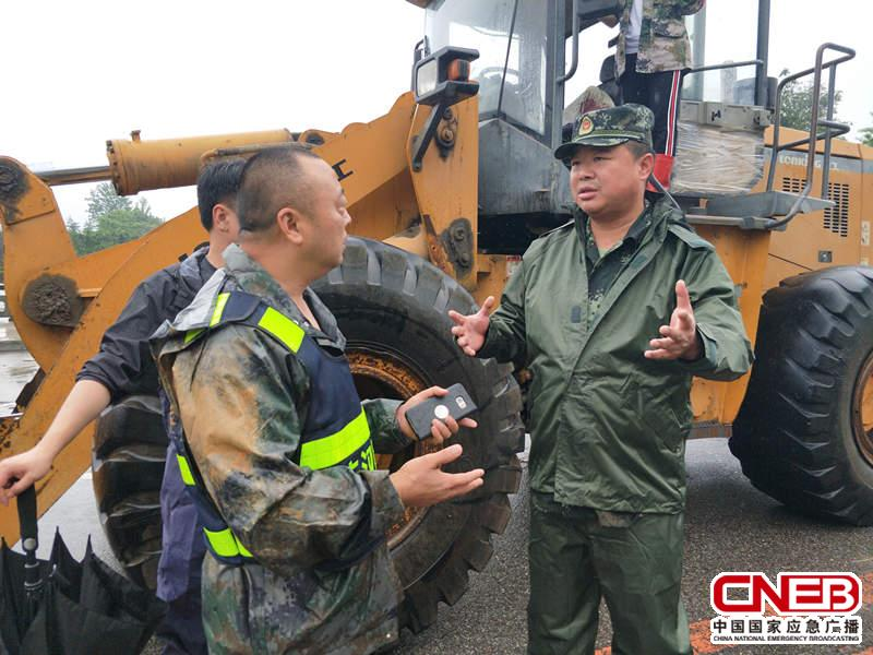 杨洪波(右一)在现场指挥救援。(德阳市消防支队供图)