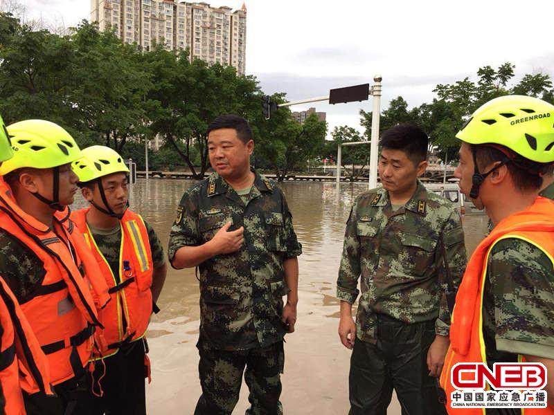 杨洪波(右三)在现场指挥救援。(德阳市消防支队供图)