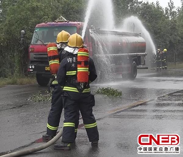 消防官兵正紧急处置发生泄漏的车辆