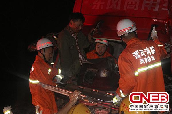 消防官兵成功救出被困司机